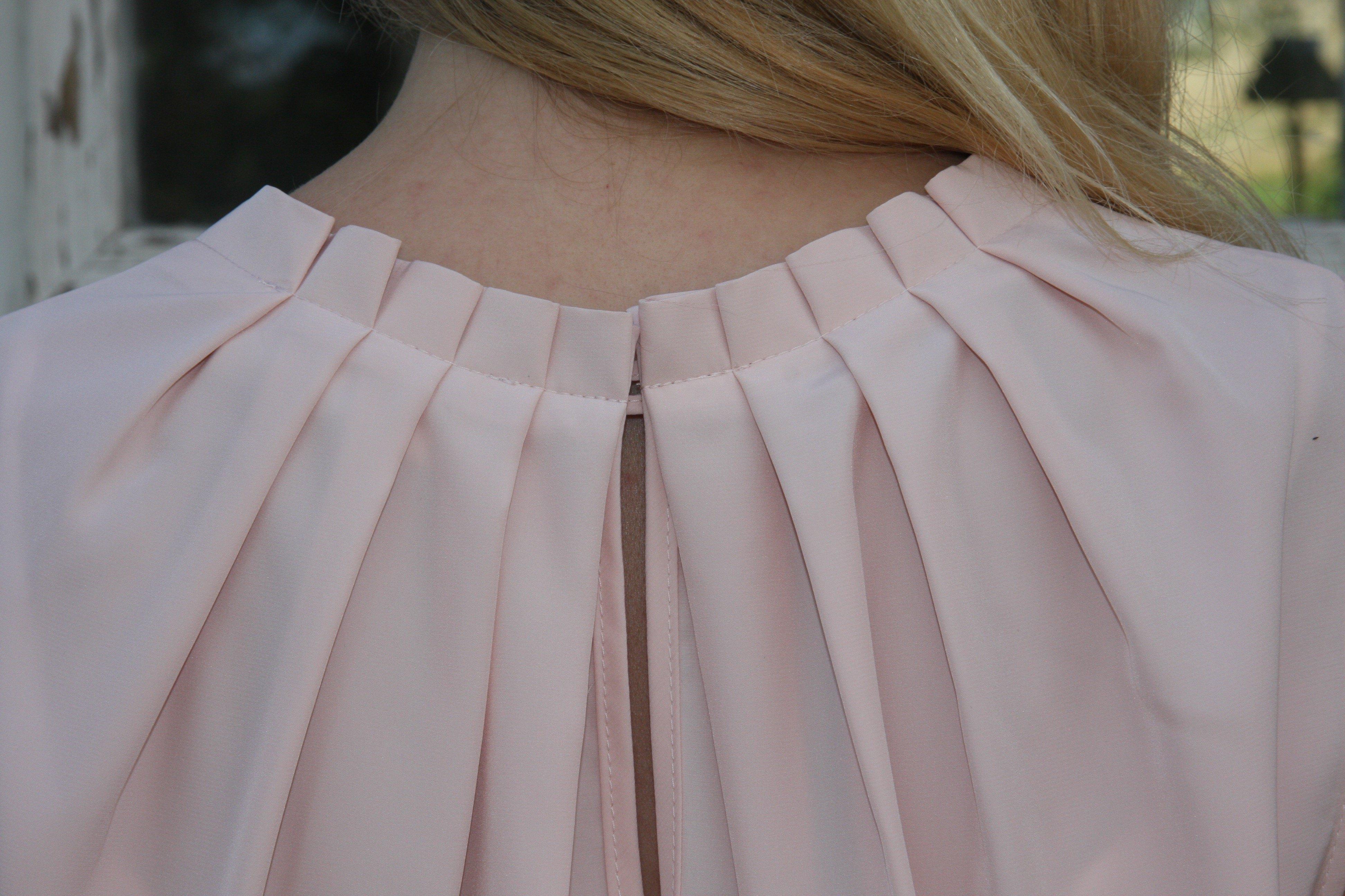 Blus/topp Pauline gammelrosa med vacker plisserad krage. Bild på krage bakifrån.