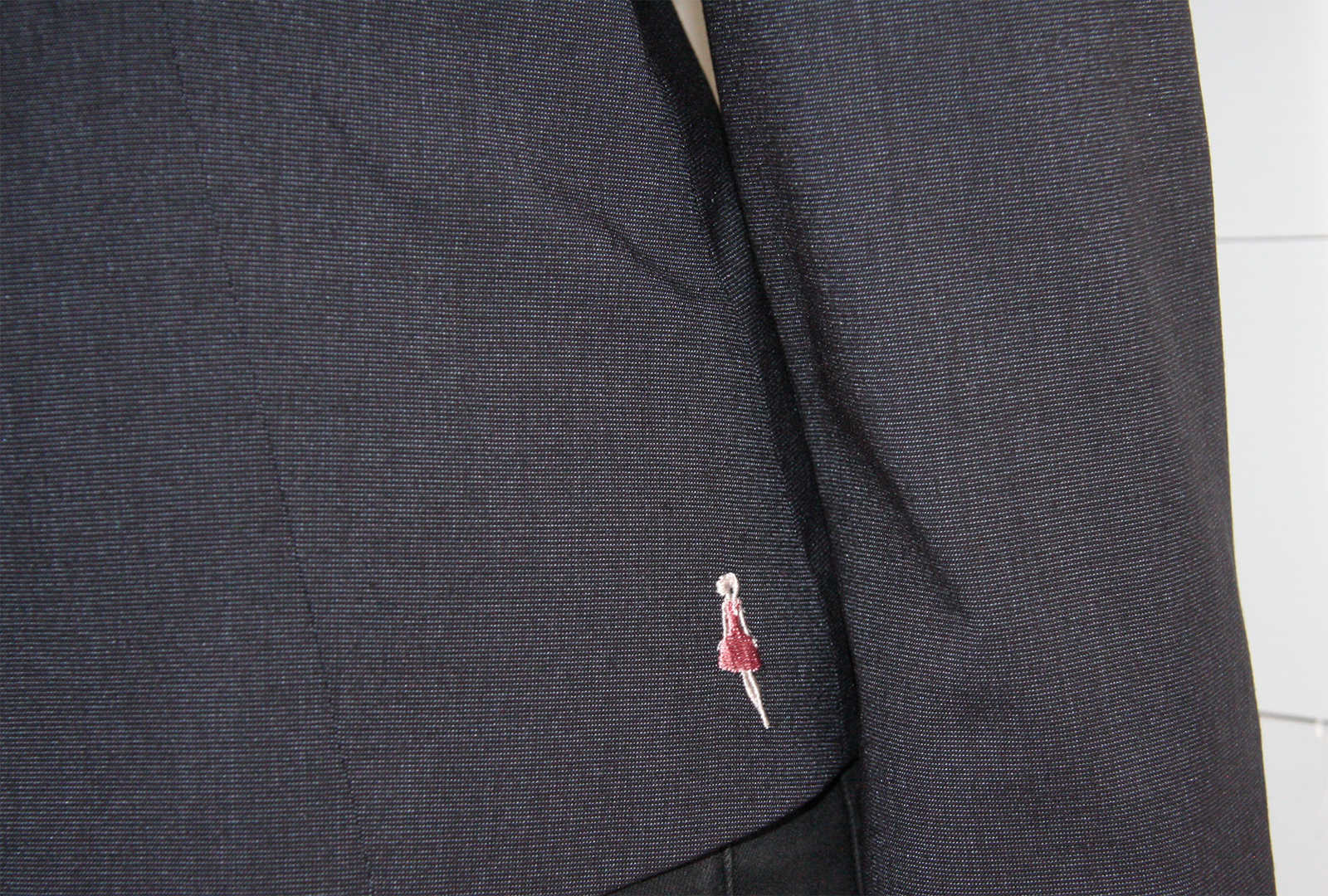 Jacka/kavaj Karin blå med 3/4 ärm. Bild på Keep the Fashions broderade logga.