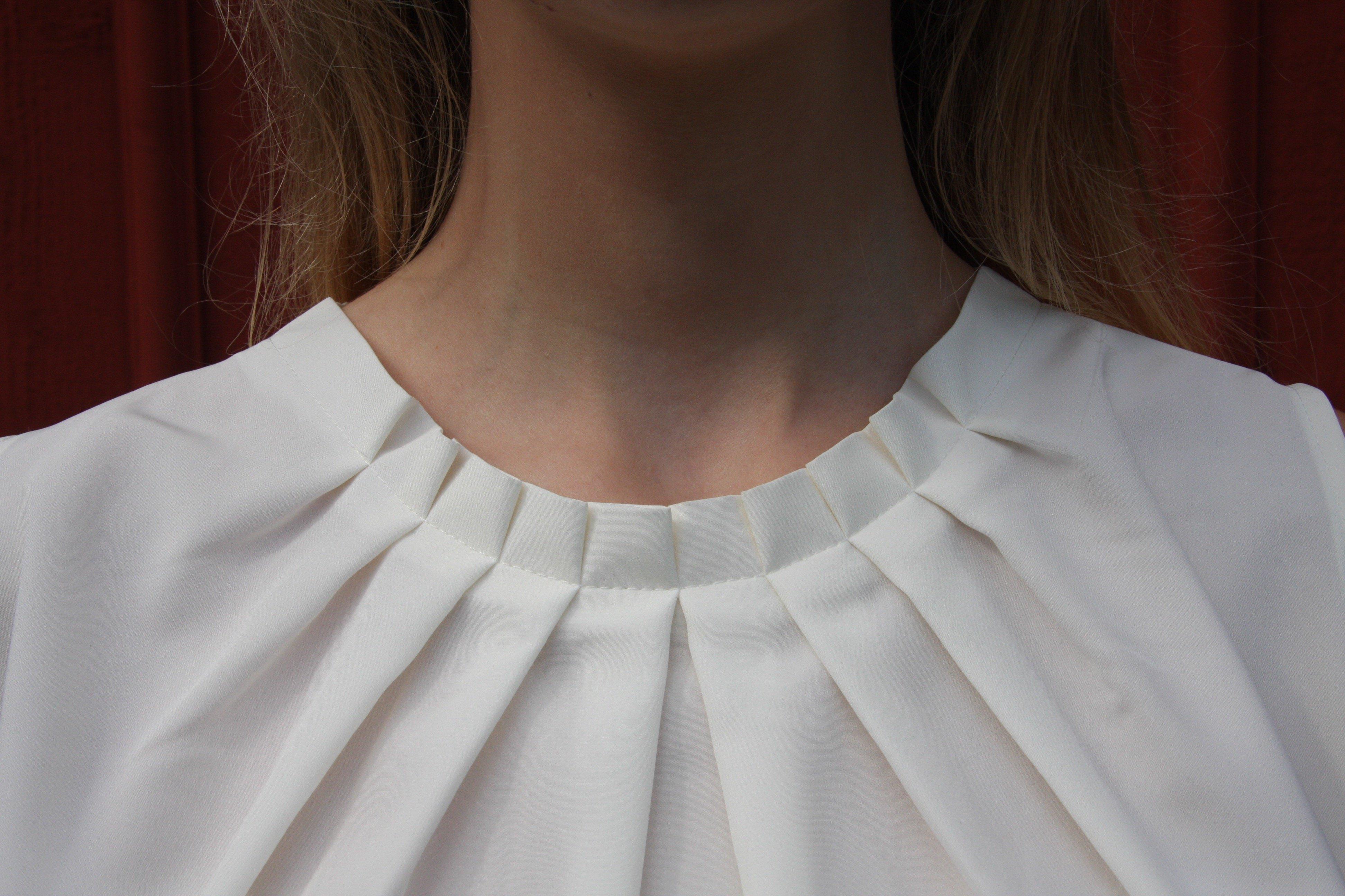 Blus/topp Pauline creamvit med vacker plisserad krage. Bild på krage.