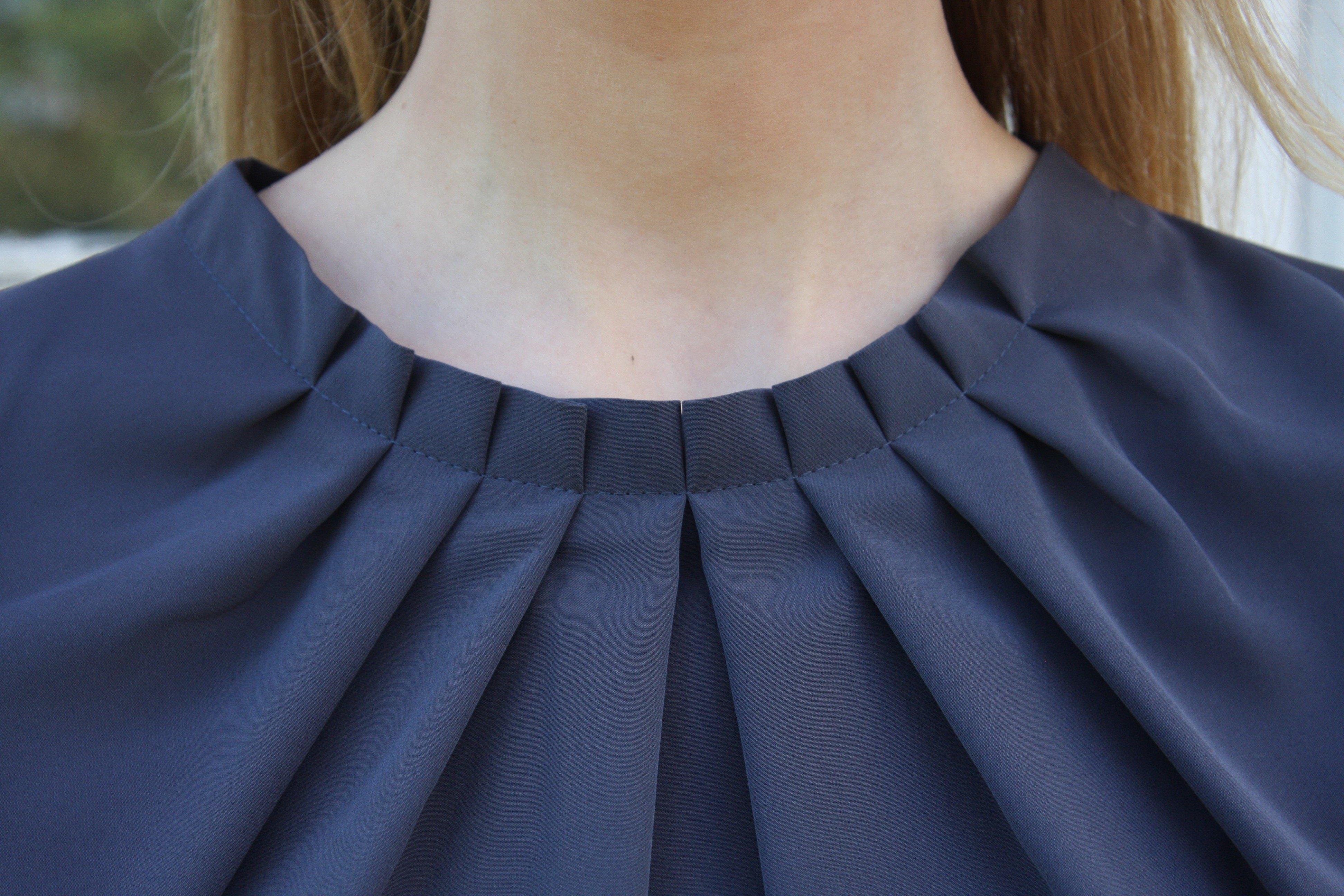 Blus/topp Pauline gråblå med vacker plisserad krage. Bild på krage framifrån.