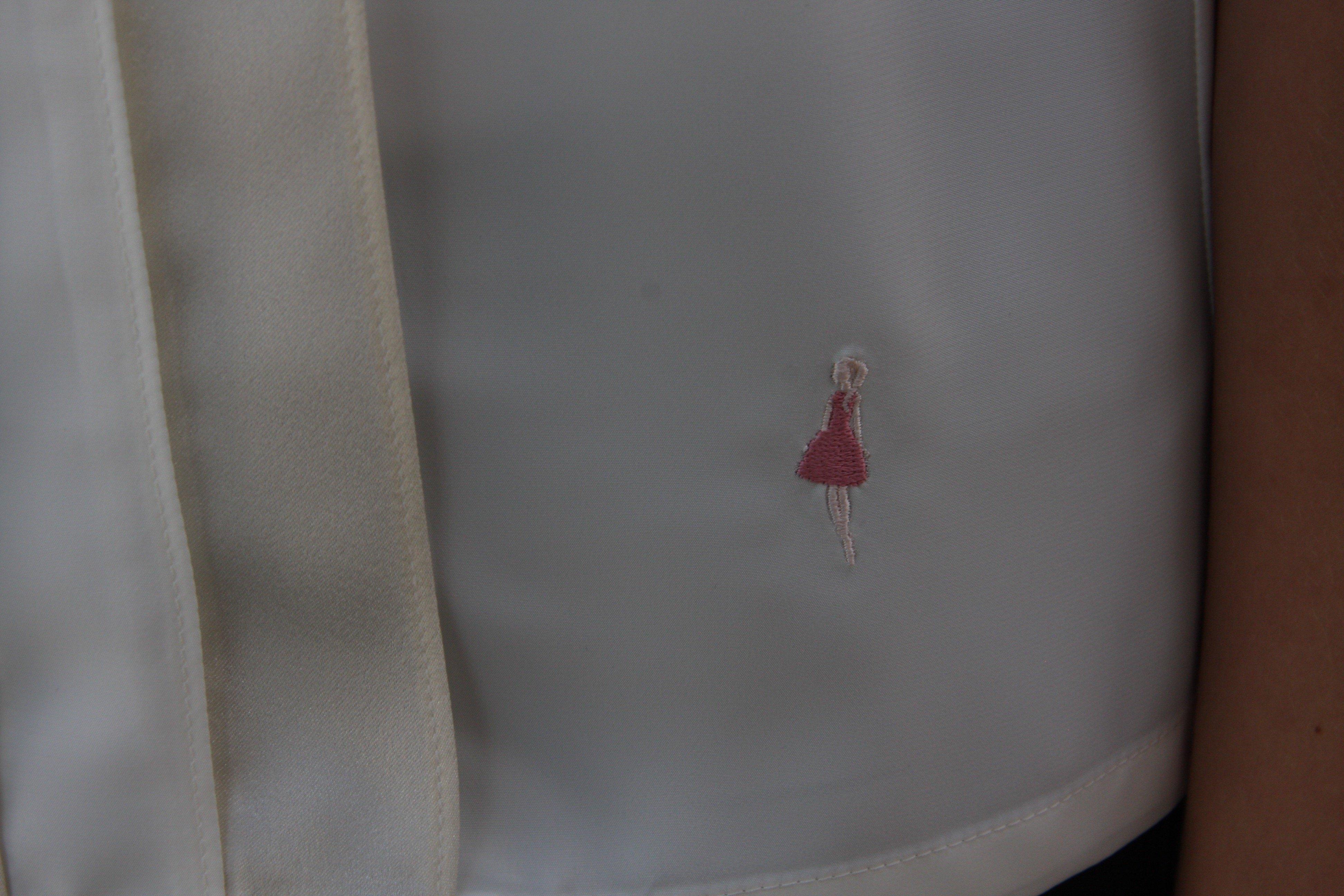 Blus/topp Alexandra creamvit med vackra veck i två nyanser på framsidan. Bild på Keep the Fashions broderade logga.