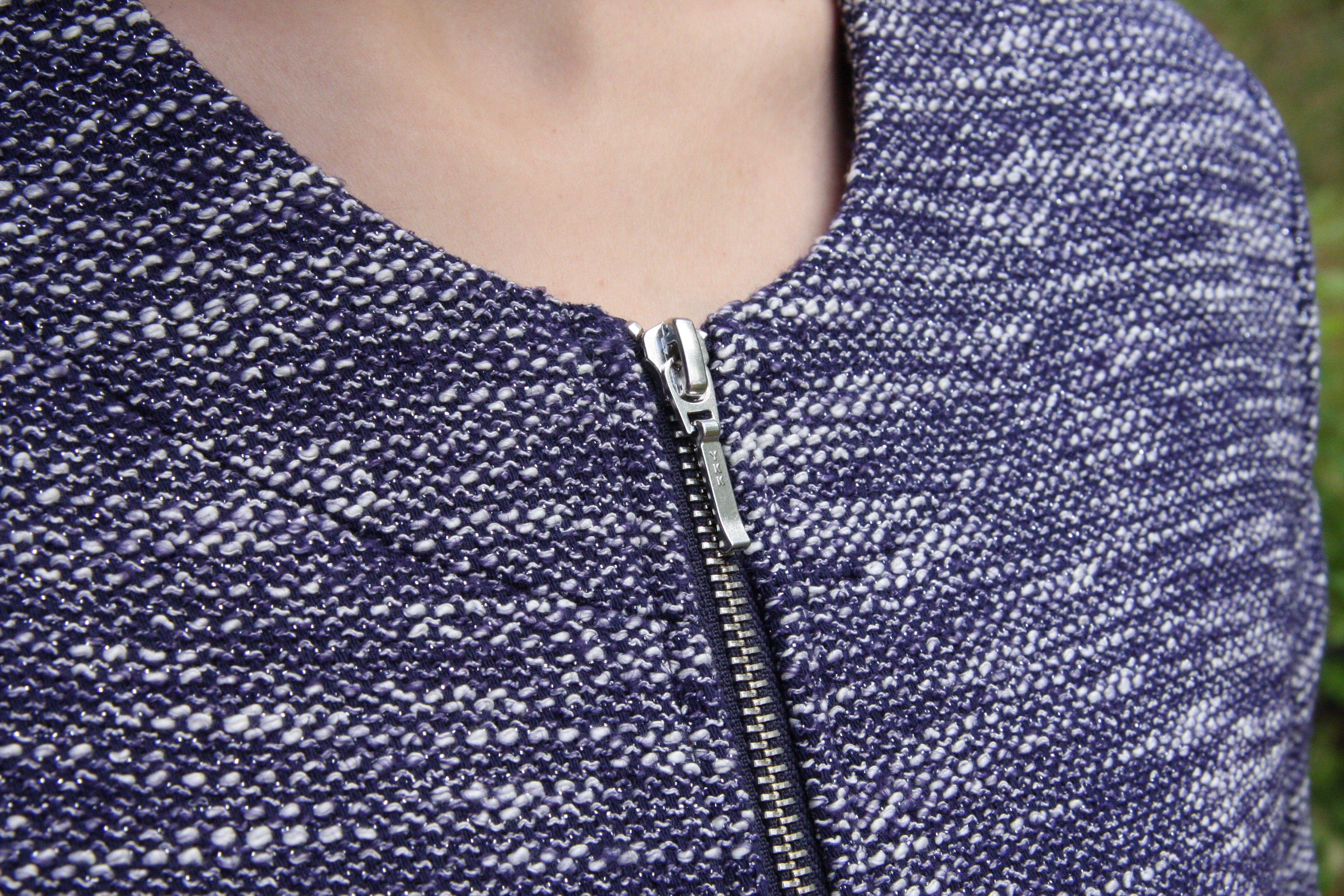 Jacka/kavaj Karin blå med silvertråd. Vackert sydda sömmar som löper runt kragen. Bild på krage.