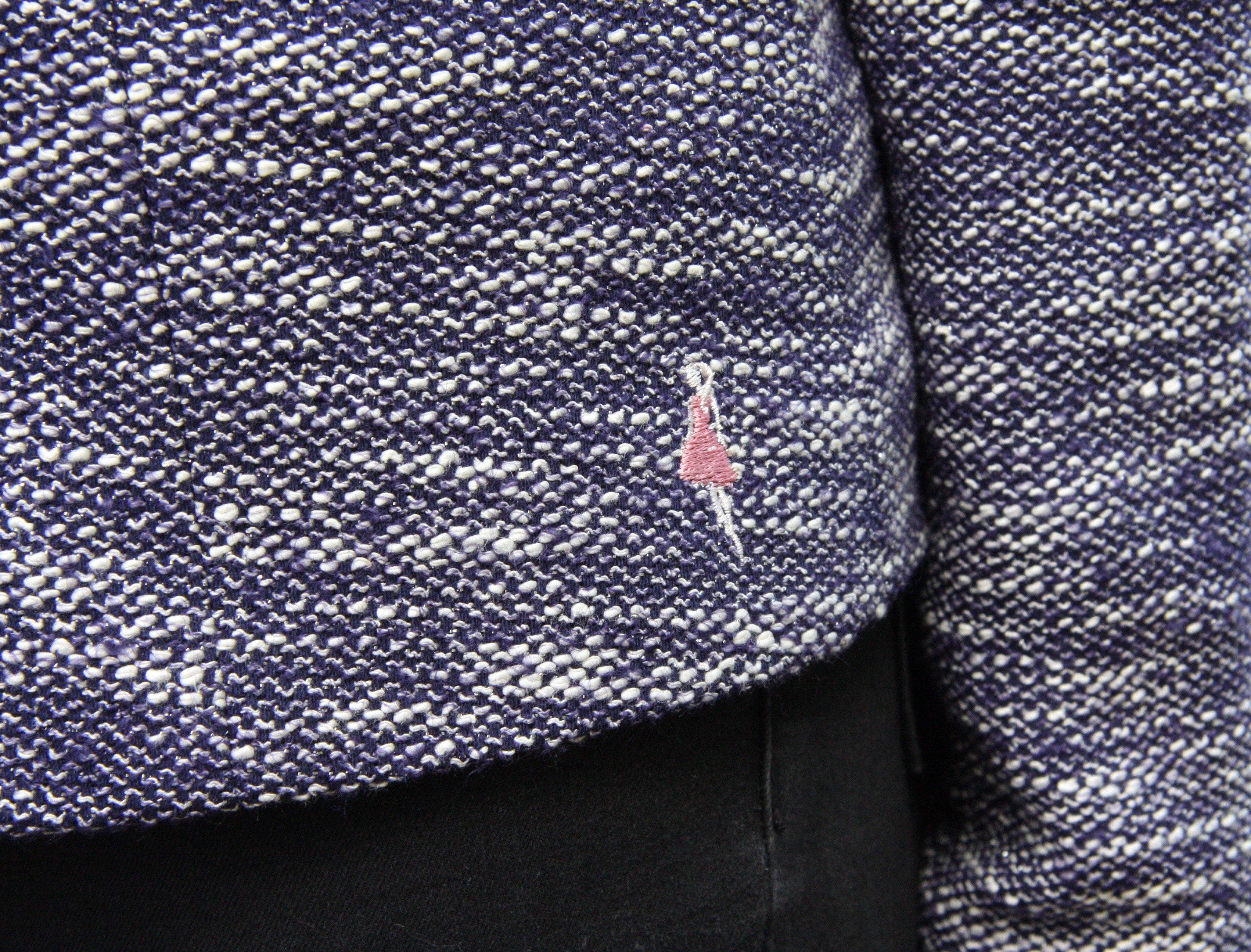 Jacka/kavaj Karin blå med silvertråd. Bild på Keep the Fashions broderad logga.