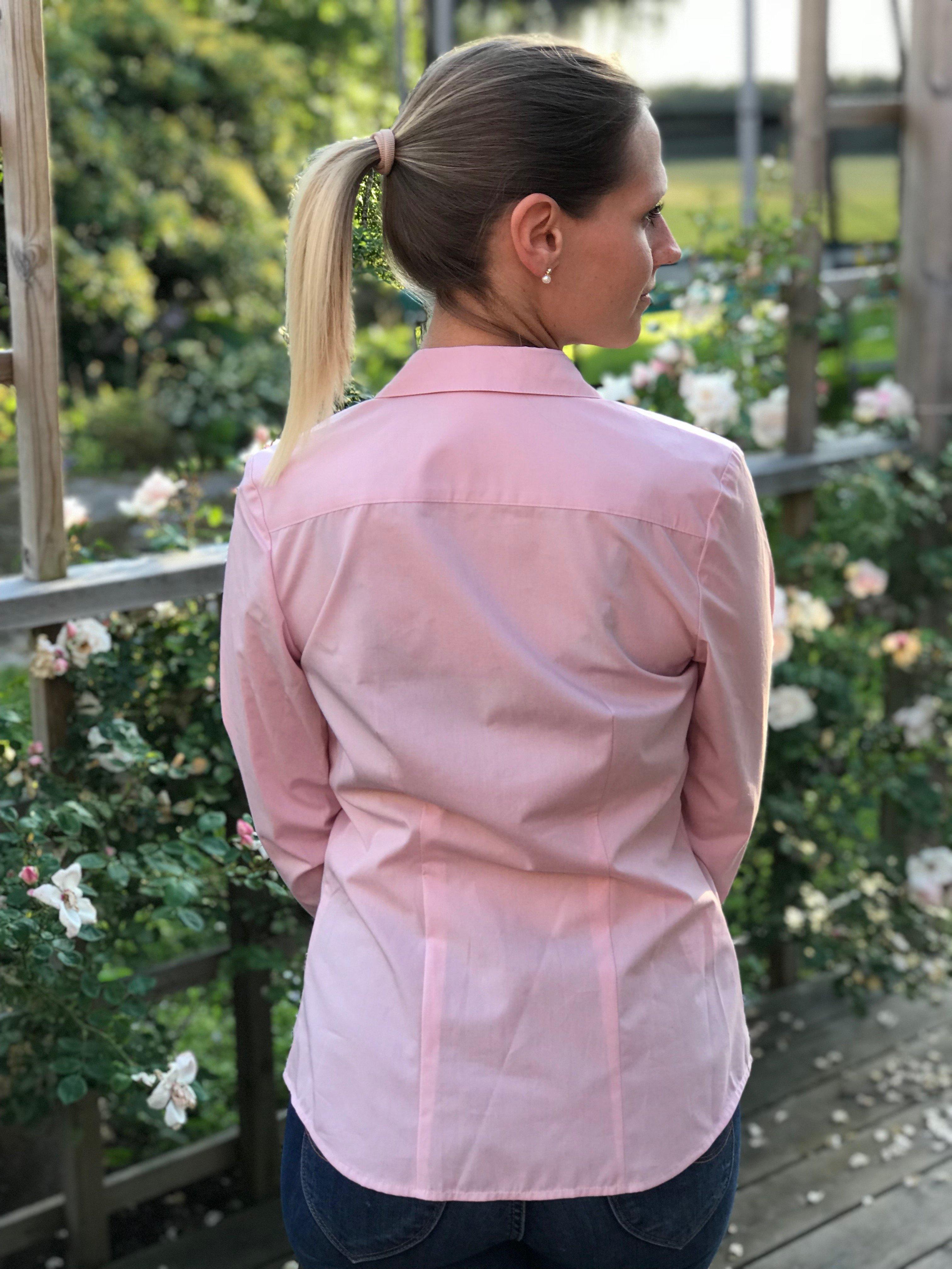 Skjortan Lina rosa i 100% GOTS bomull. Bild bakifrån i storlek 36.