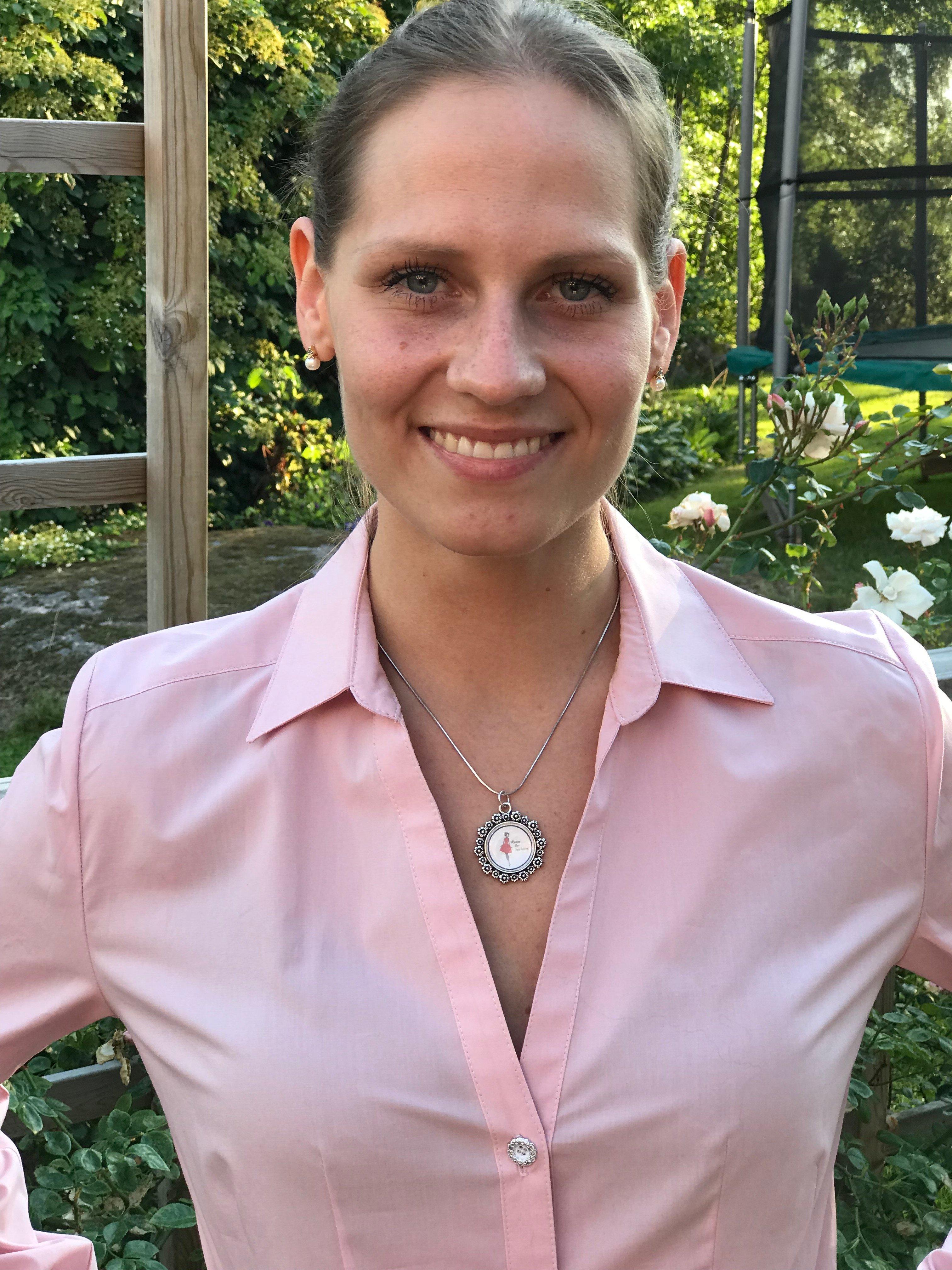 Skjortan Lina rosa i 100% GOTS bomull. Bild på halsringning.
