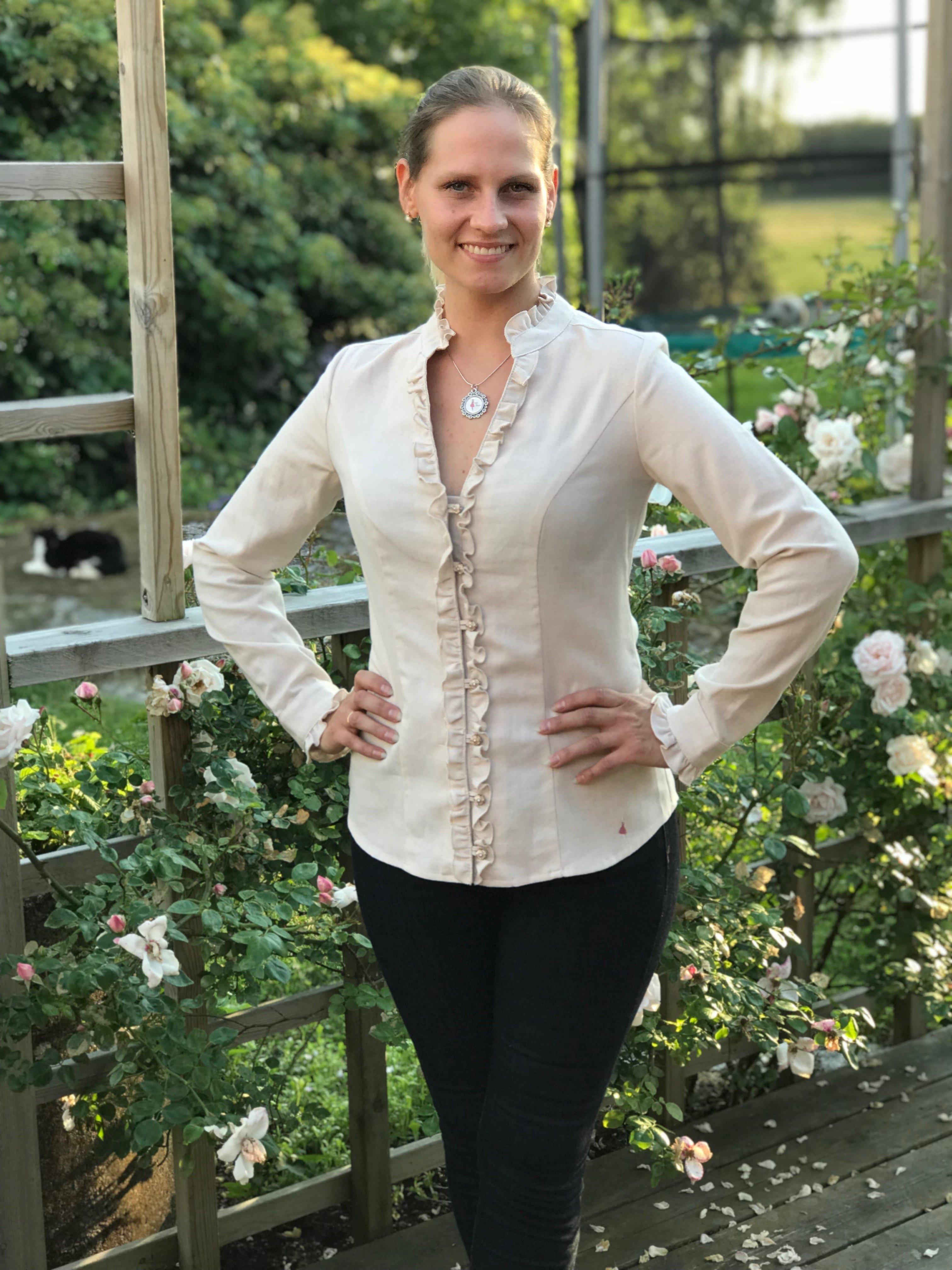 Skjortan Lena i 100% BCI bomull, naturligt färgad med vacker volangkrage. Bild framifrån i storlek 36.