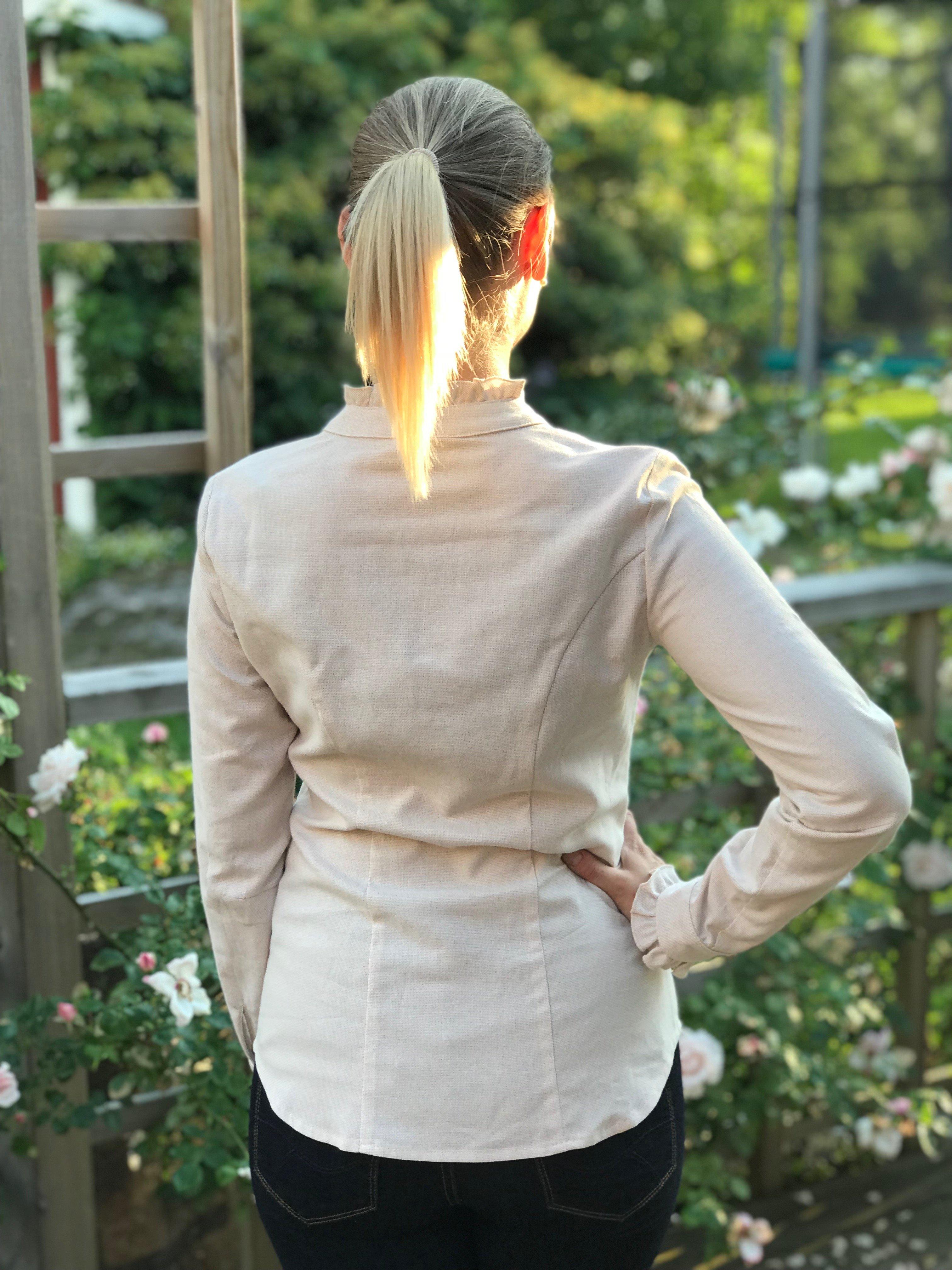 Skjortan Lena i 100% BCI bomull, naturligt färgad. Bild bakifrån, storlek 36.