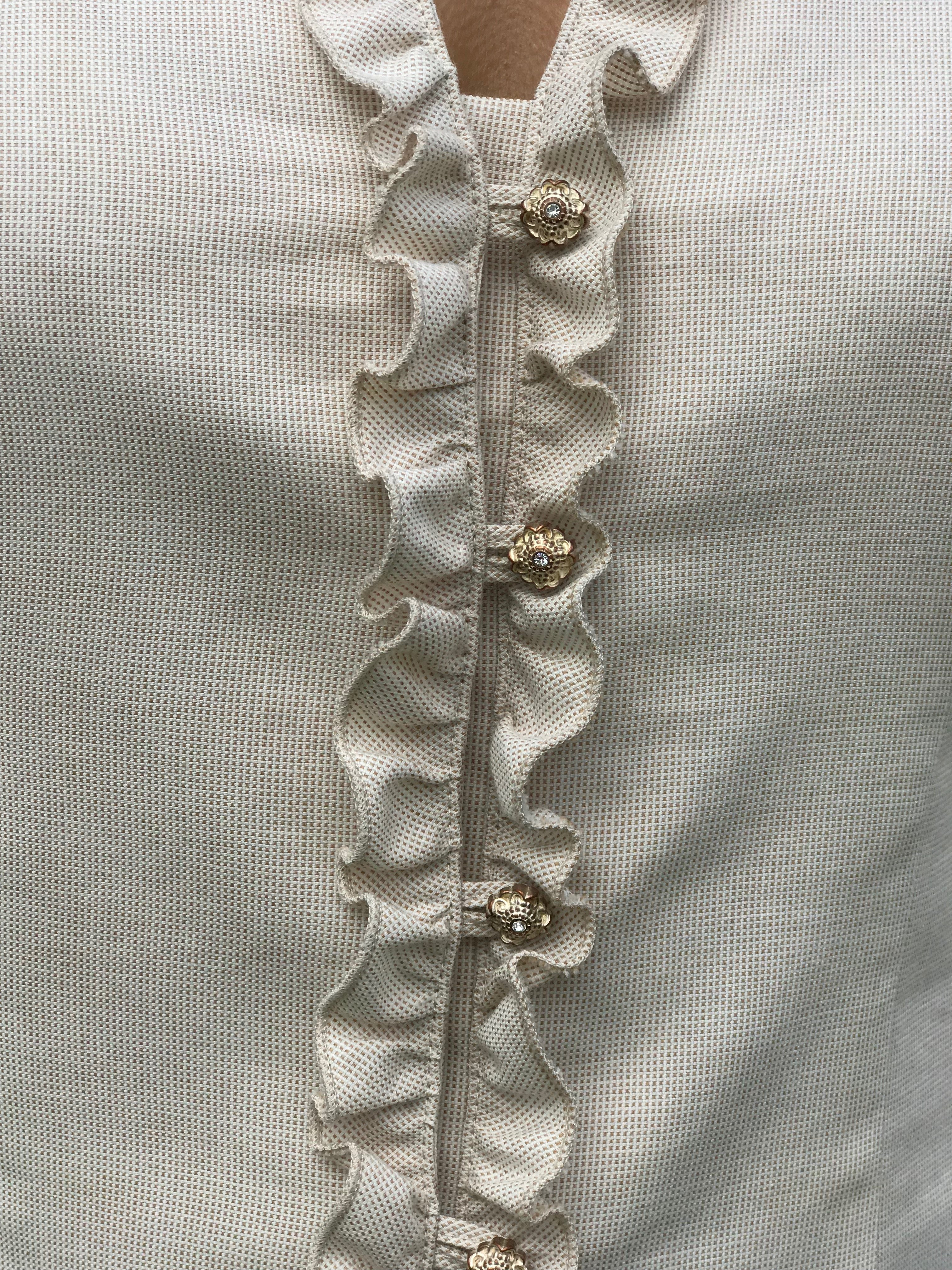 Skjortan Lena i 100% BCI bomull, naturligt färgad. Bild på knäppning fram med volanger.