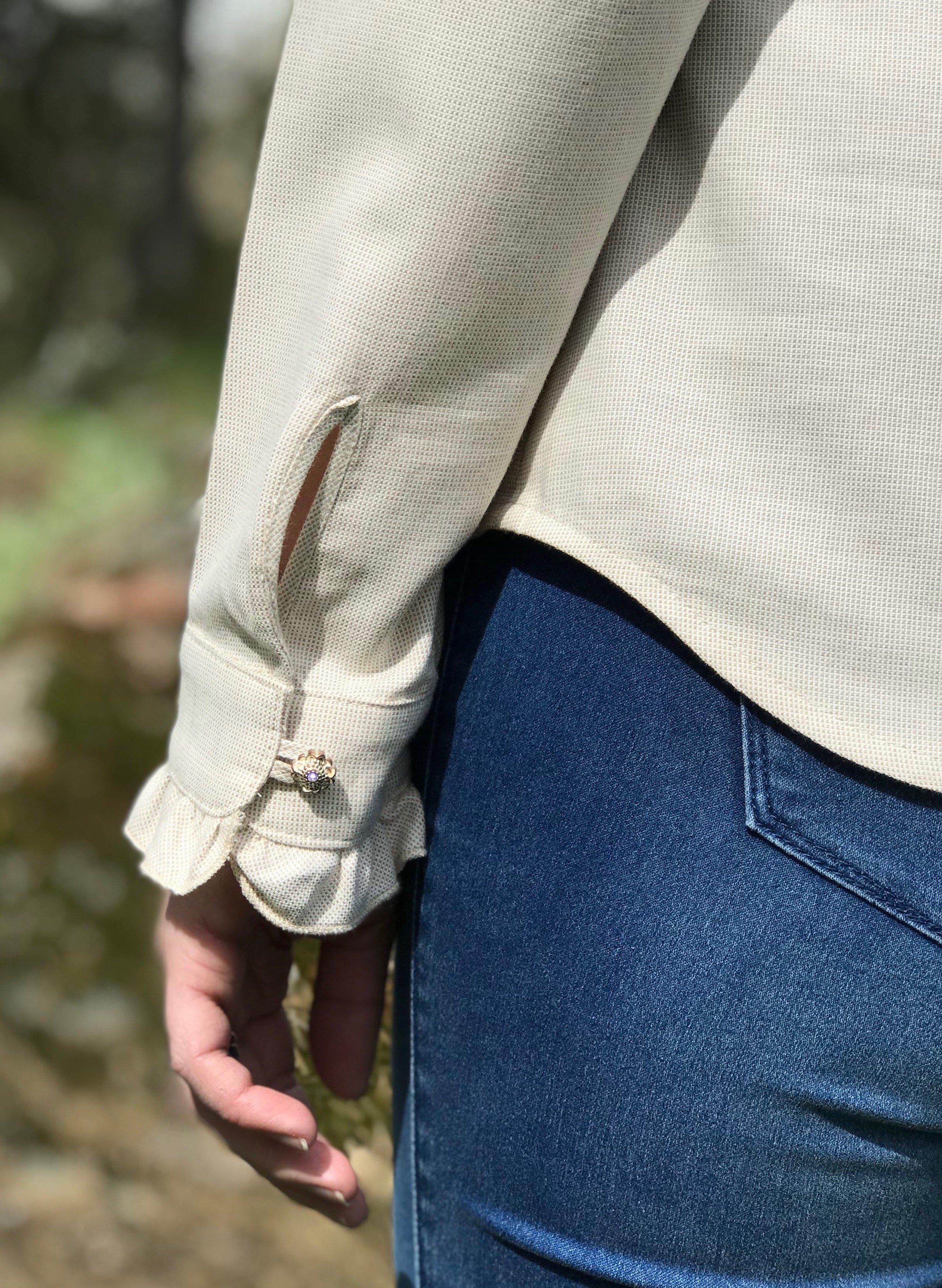 Skjortan Lena i 100% BCI bomull, naturligt färgad. Bild visar manschett med vacker knapp.