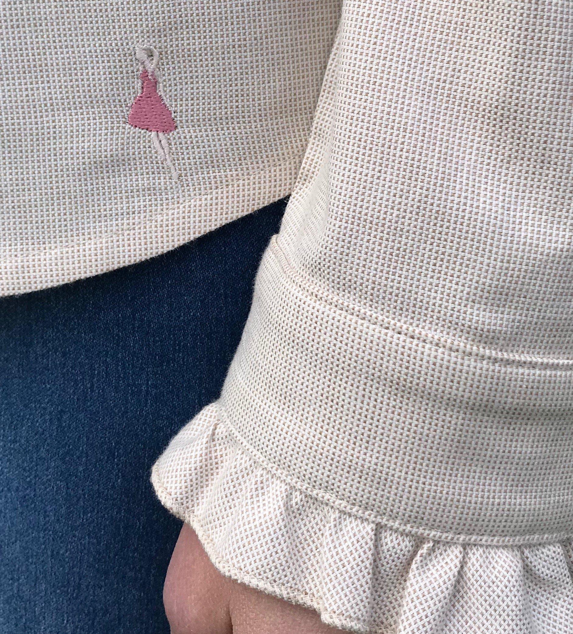 Skjortan Lena i 100% BCI bomull, naturligt färgad. Bild visar Keep the Fashions broderade logga och manschett.