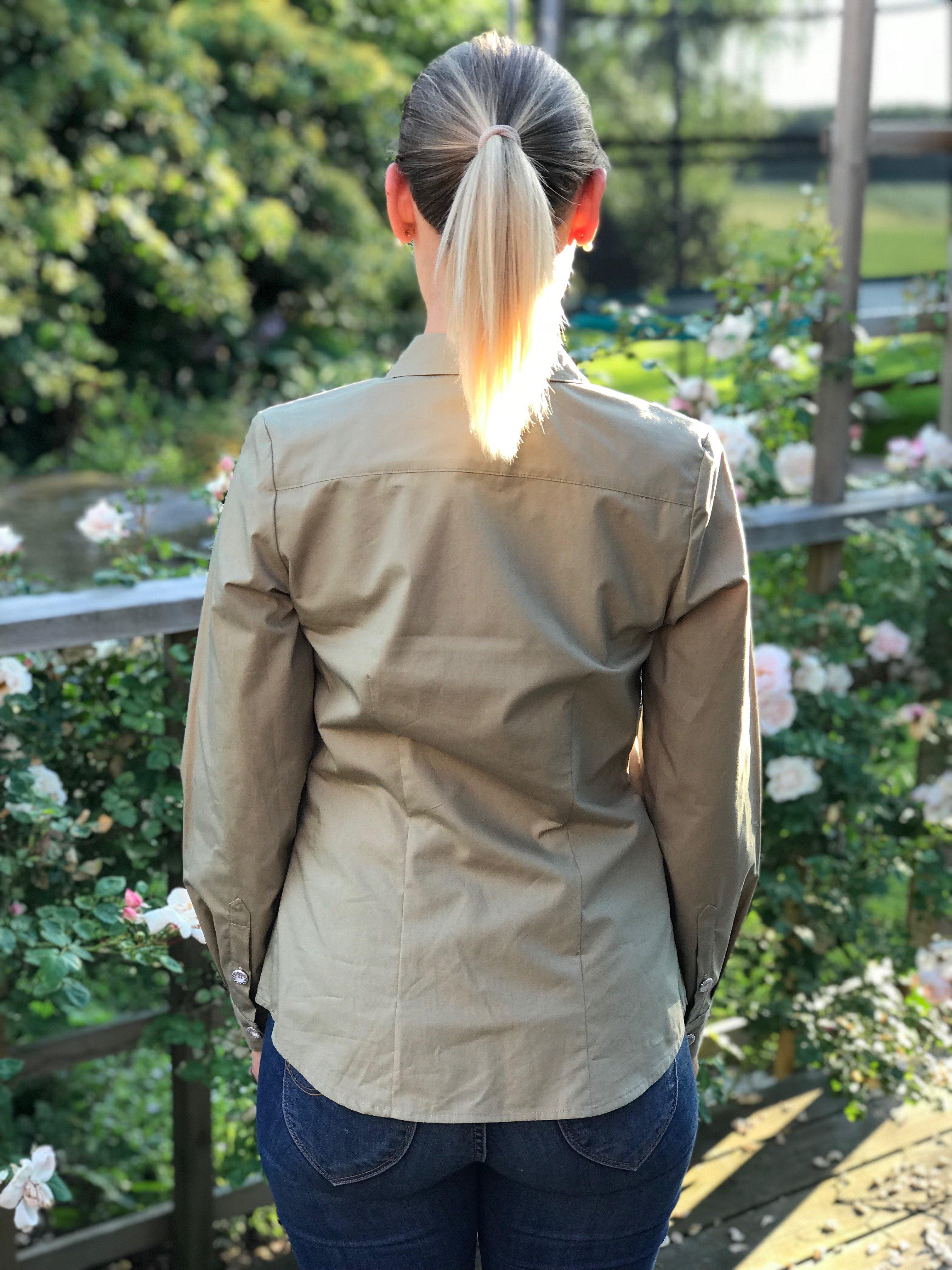 Skjortan Lina mossgrön i 100% GOTS bomull. Bild bakifrån i storlek 36.