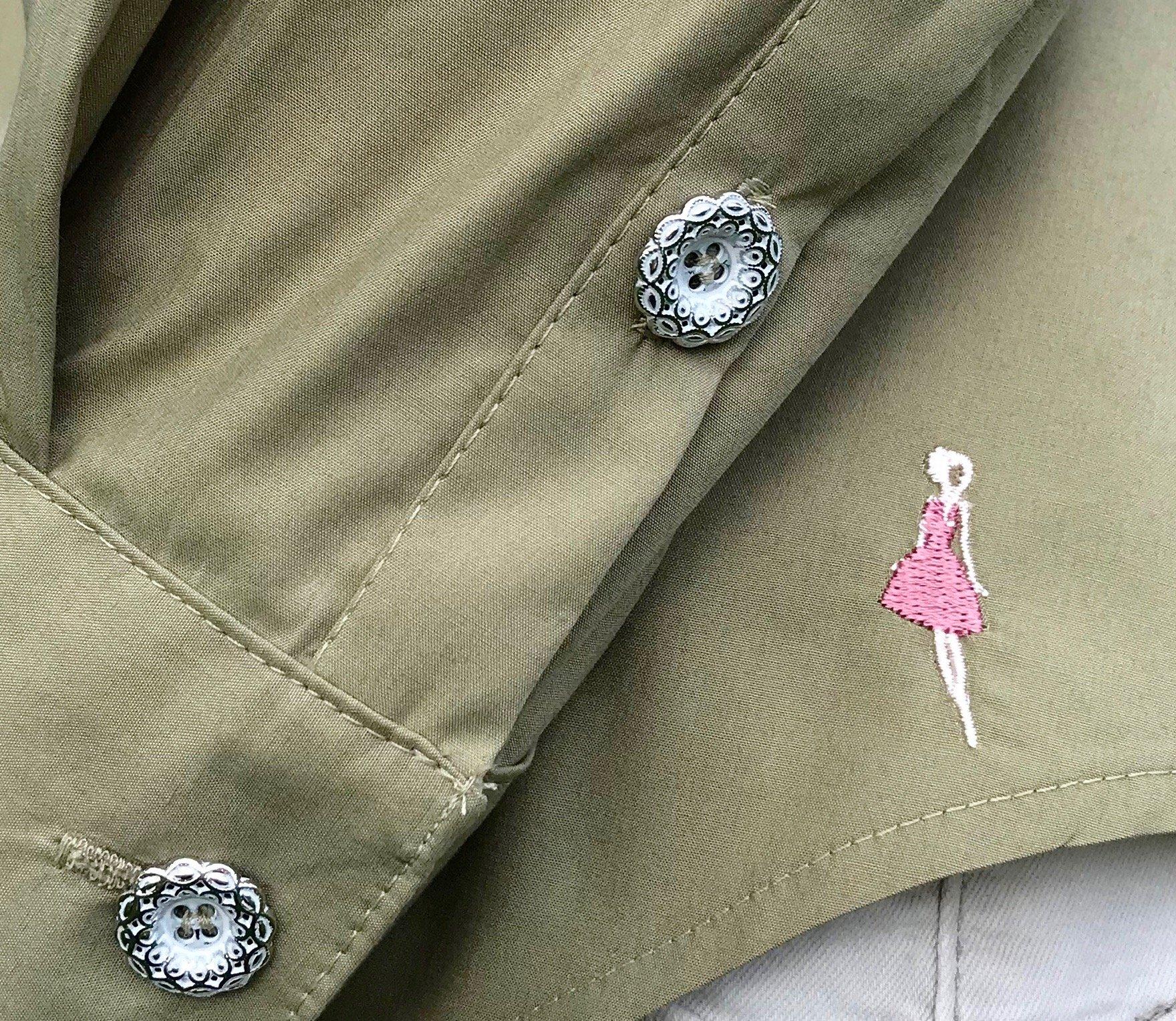Skjortan Lina mossgrön i 100% GOTS bomull. Bild på manschett och Keep the Fashions broderade logga.
