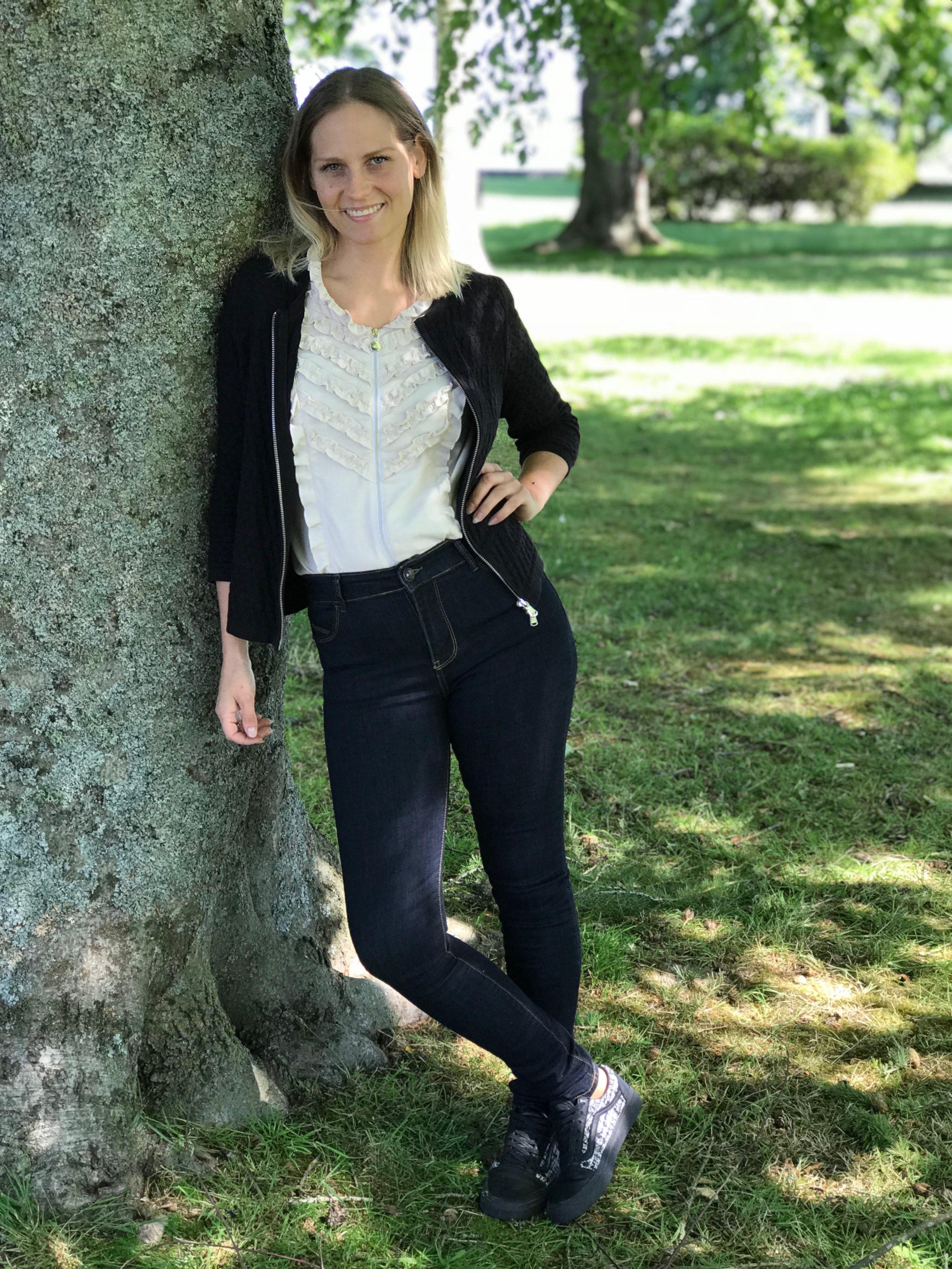 Skjorta/blus Sophie i 100% BCI bomull. I naturlig färg och med kort ärm. Bild på skjortan med en kofta över, storlek 36.