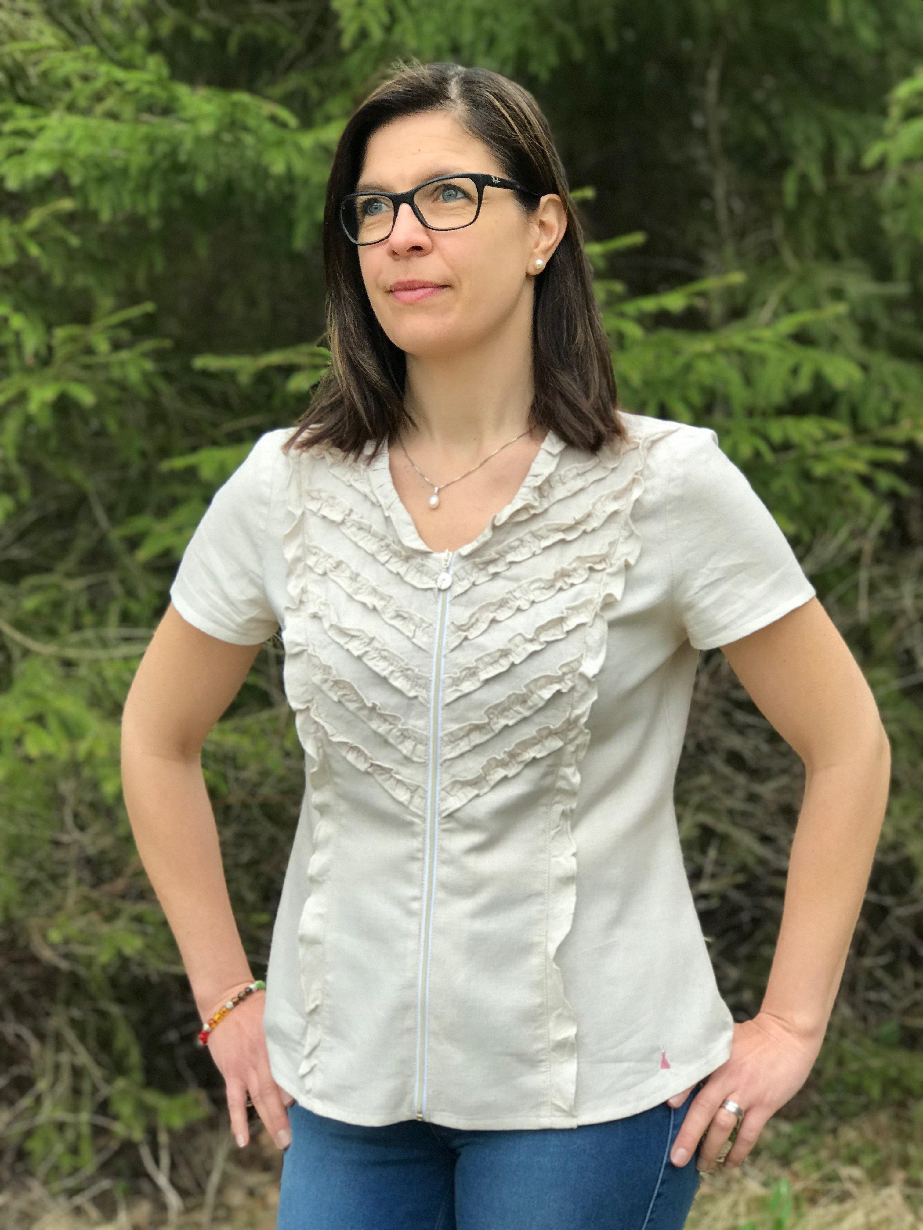 Skjorta/blus Sophie i 100% BCI bomull. I naturlig färg och med kort ärm. Bild på modell i storlek 38.