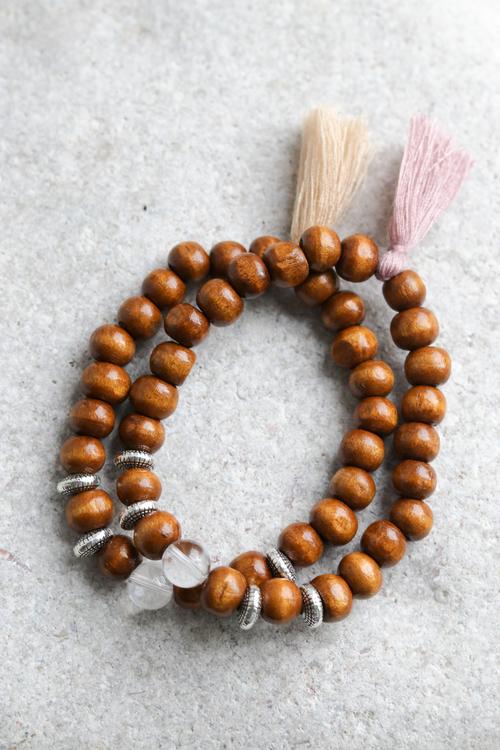 Armband, bruna träpärlor med bergkristall