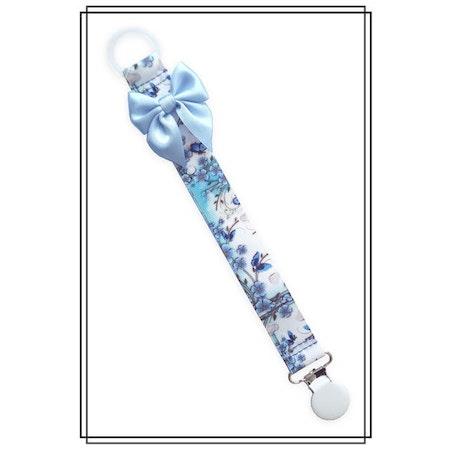 Napphållare blå blommor med ljusblå rosett - vitt clip