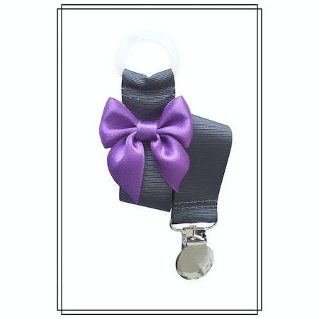 Mörkgrå napphållare med lila rosett - silver