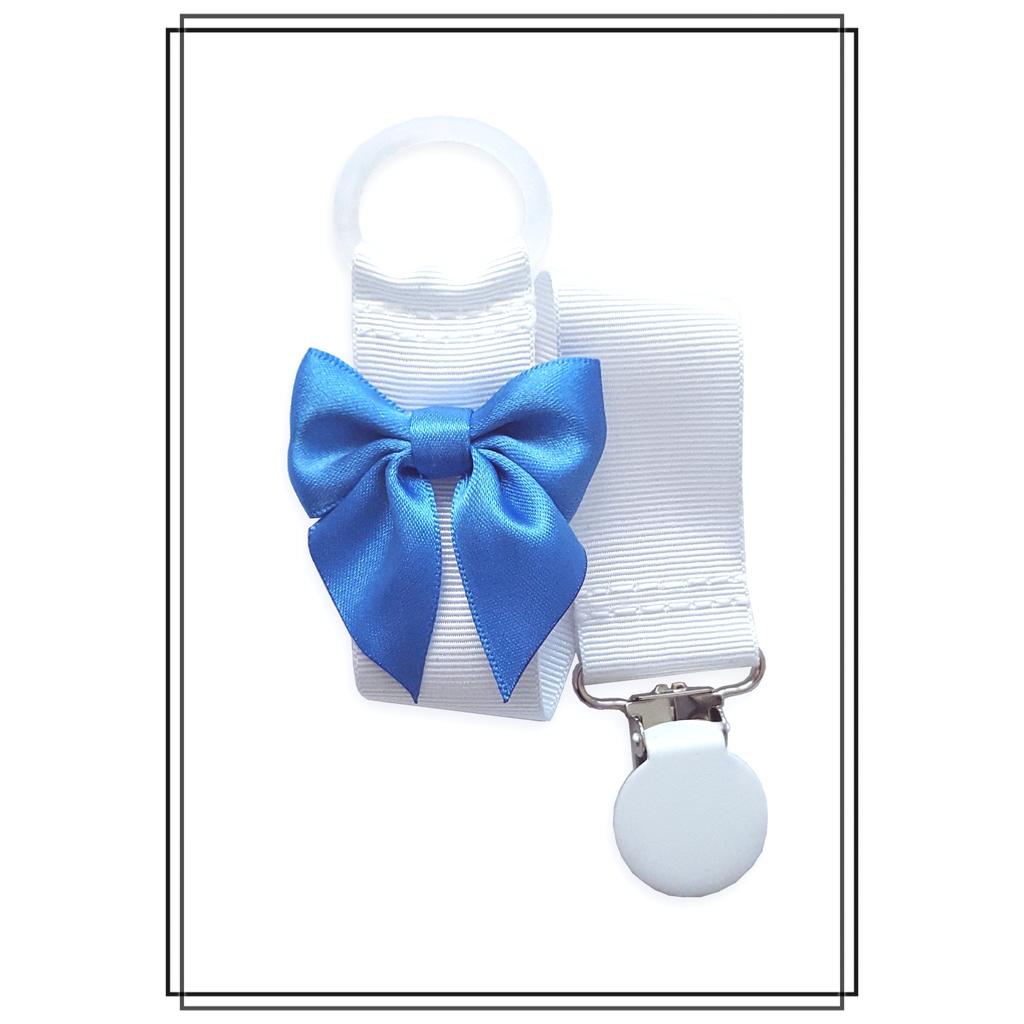 Vit napphållare med mellanblå rosett