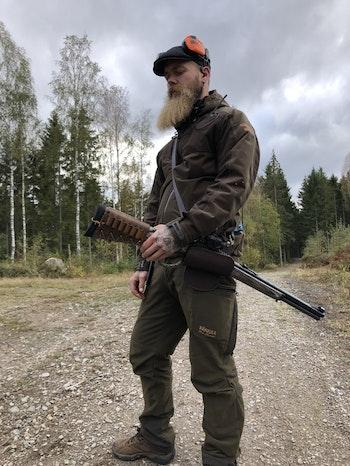 Calle provar olik sätt att bära vapnet på