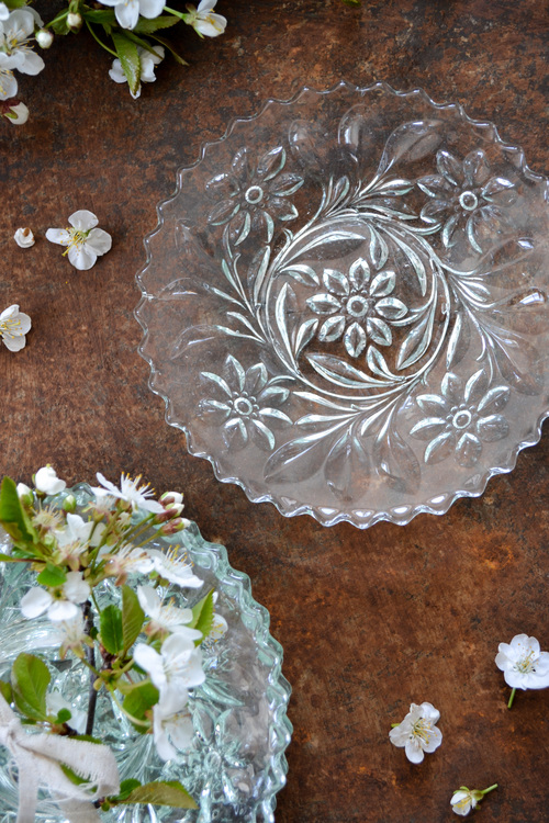 Assietter i glas med blommönster  VINTAGE