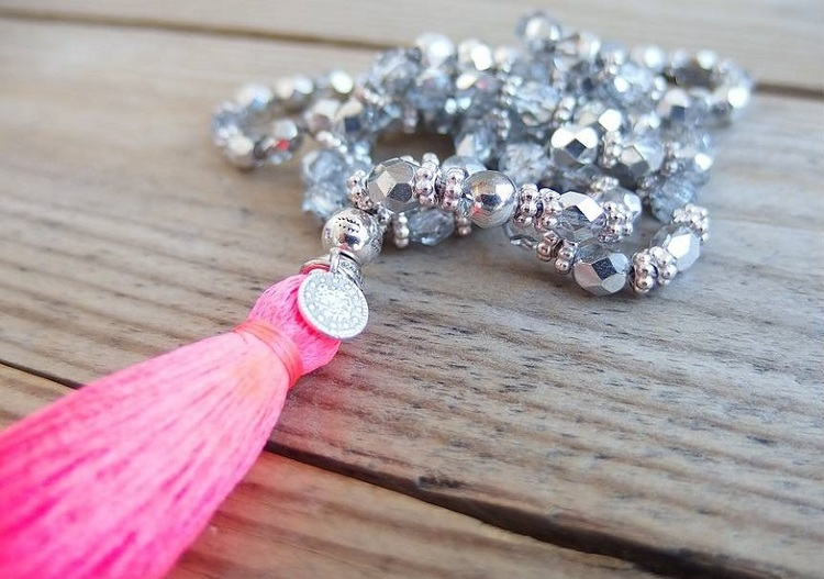 Silverfärgat pärlhalsband med tofs