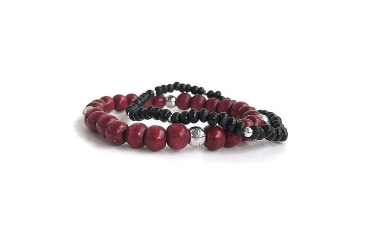Elastiska träarmband för män. Set med ett svart och ett rött träarmband.
