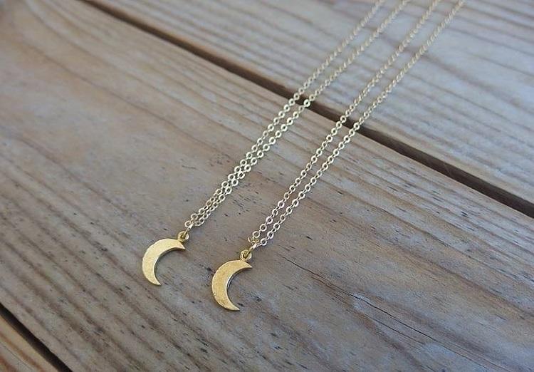 Halsband med halvmåne