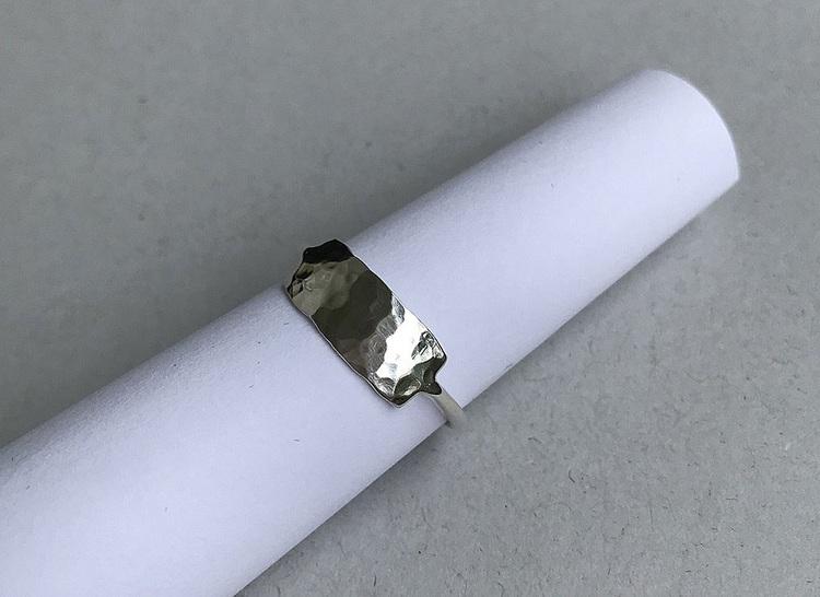 Äkta silverring med mönstrad bricka