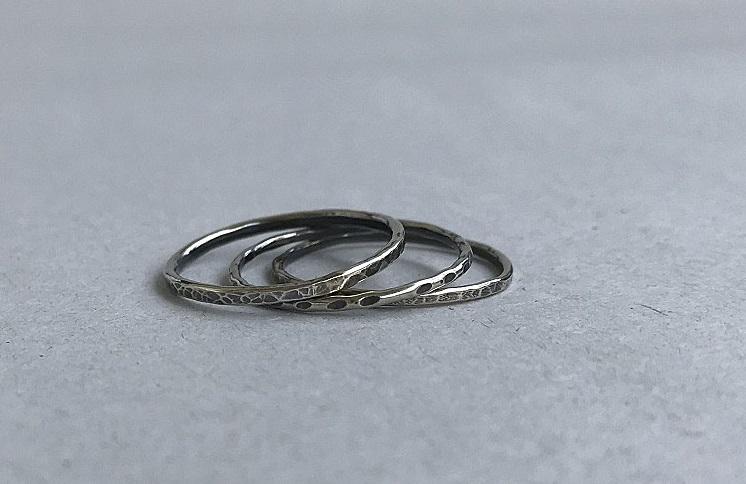 Set med mönstrade oxiderade ringar i äkta silver