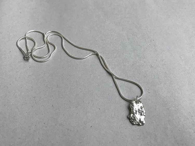 Halsband ormkedja och avlång rustik bricka silver