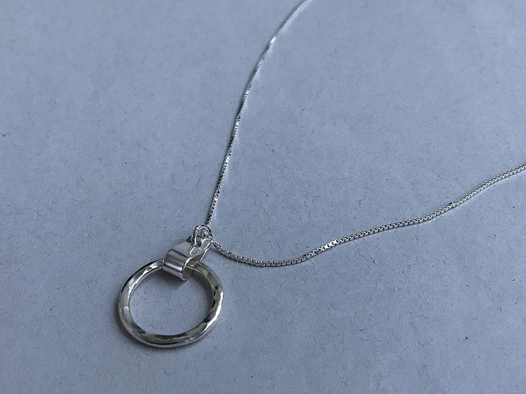 Silverhalsband hamrad cirkel