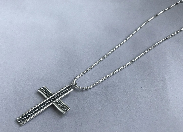 Kulhalsband med stort detaljrikt kors äkta silver. Herrhalsband.