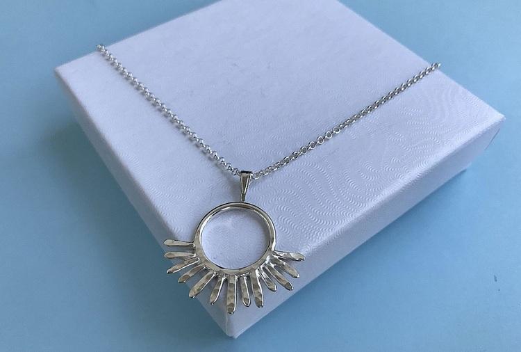 Långt halsband med sol silver