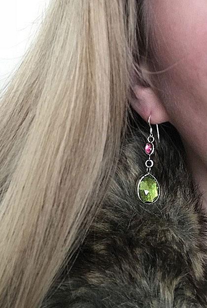 Peridot och granat örhängen, hängande örhängen i äkta silver.