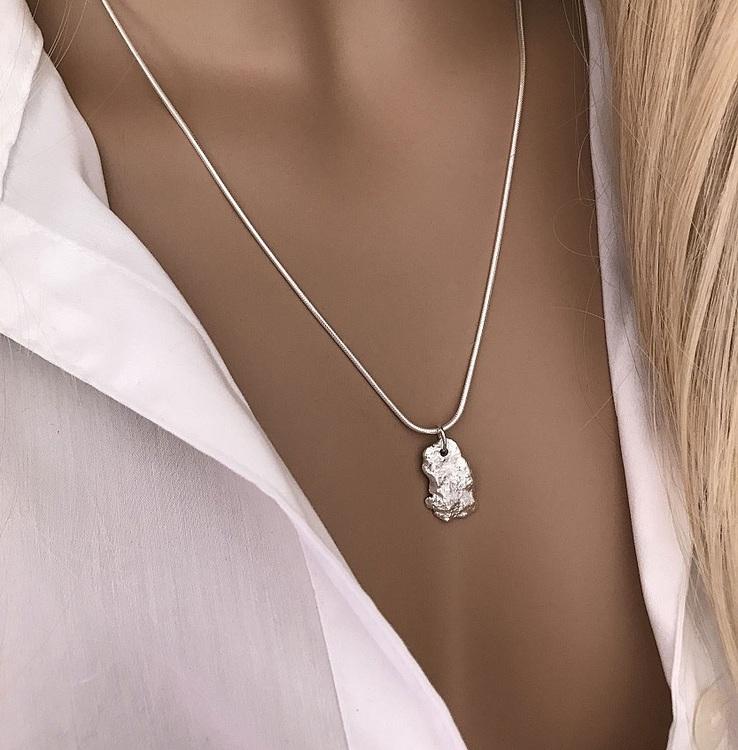 Ormkedja halsband med strukturerad bricka silver