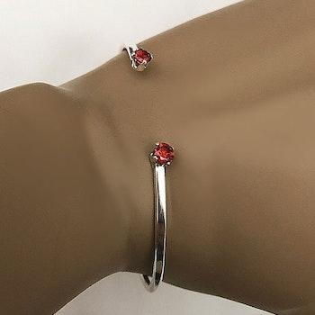 Stelt armband med röda stenar silver
