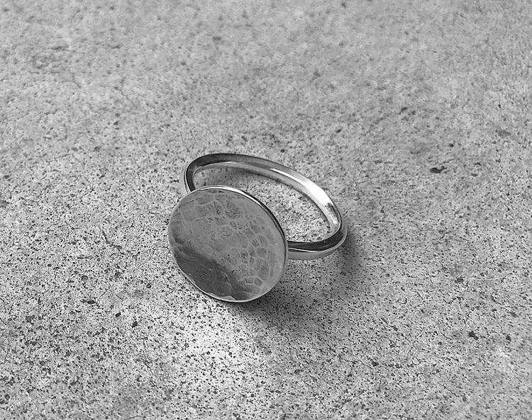 Silverring med rund platta
