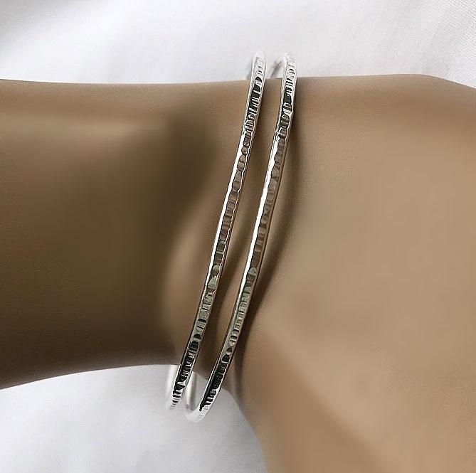 Armring med hamrad yta silver