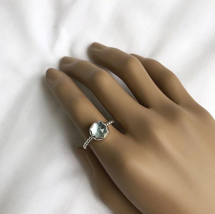 Kulring i silver med blå sten