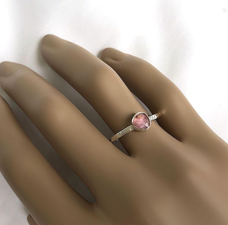 Äkta silverring med rosa turmalin sten.
