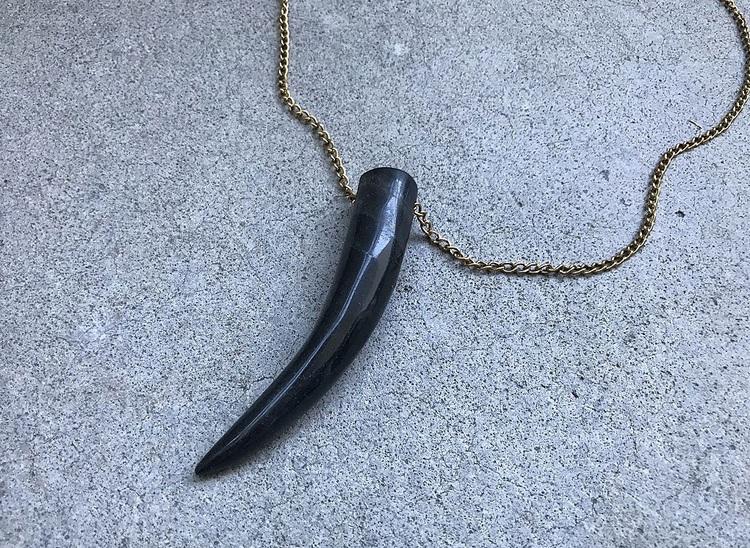 Horn halsband i antikguld herr