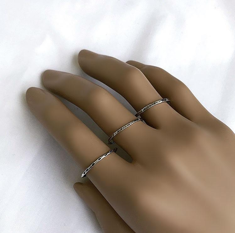 Oxiderade silverringar med mönstrad yta