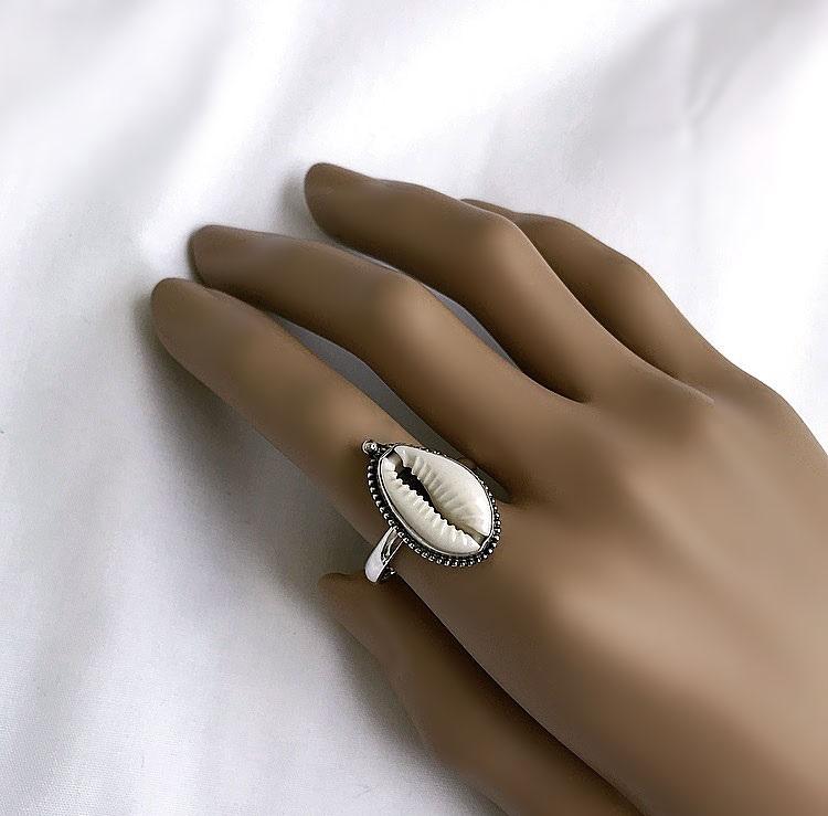 Silverring med vit cowrie snäcka