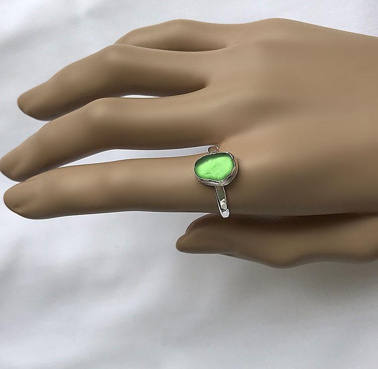 Silverring med grönt Sjöglas