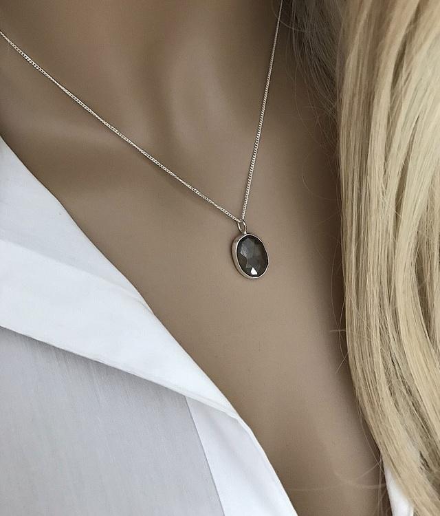Smyckeset med ädelstenar silver
