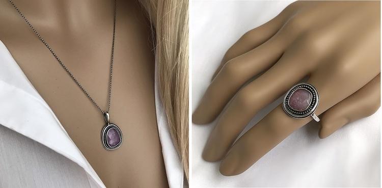 Smyckeset för henne, rosa safir ring och halsband i silver.