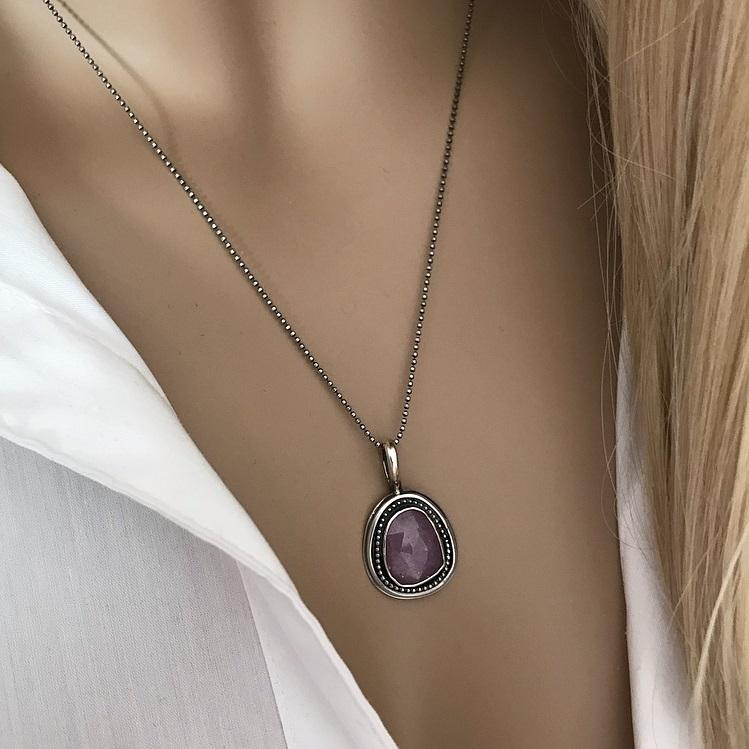 Äkta silverhalsband med rosa safir sten. Silverhalsband i antiksilver.