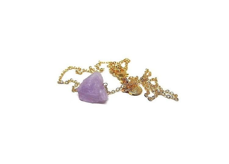 Halsband med lila rå sten, ametist.