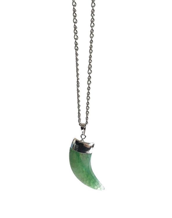 Stort halsband med kedja och grönt tandhänge