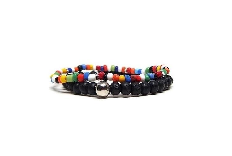Killarmband set pärlor, svart träarmband och färgglatt armband.